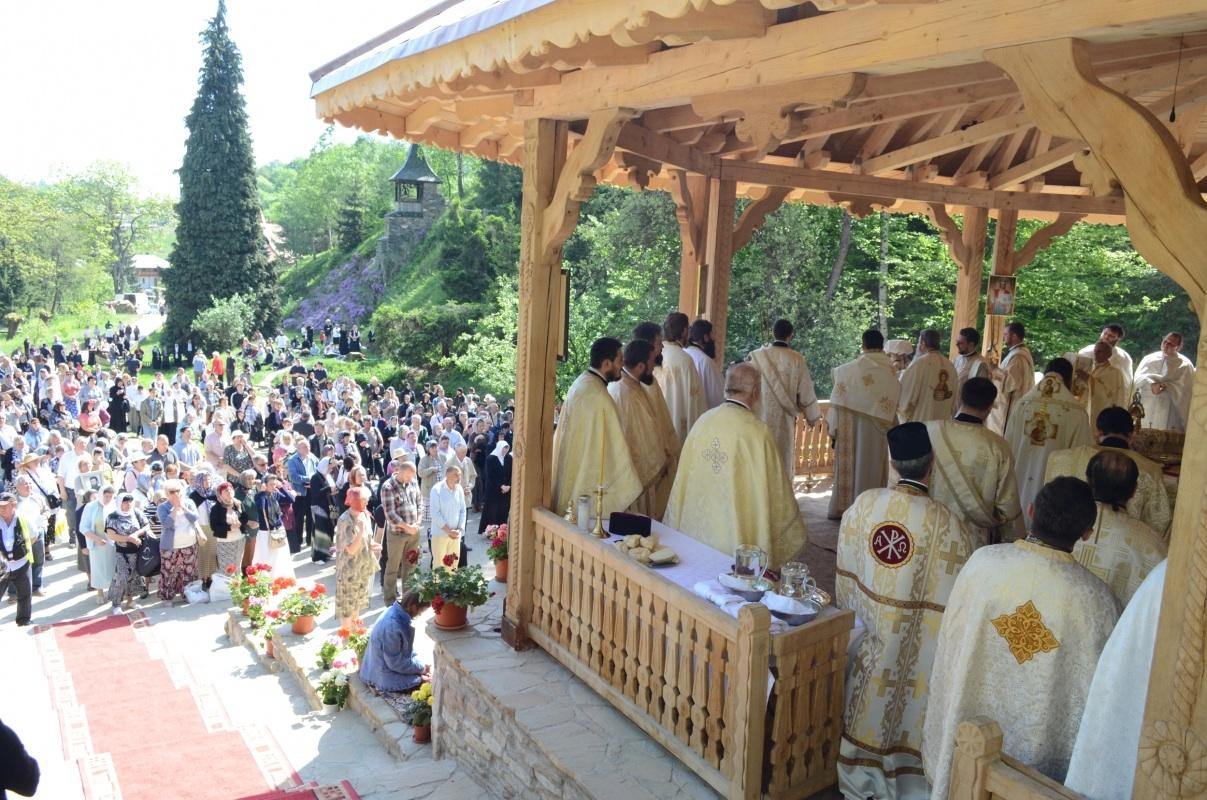 """Preoți ,,agățați"""" de renumele părintelui Arsenie Boca. După ce l-au hulit acum îl evocă..."""